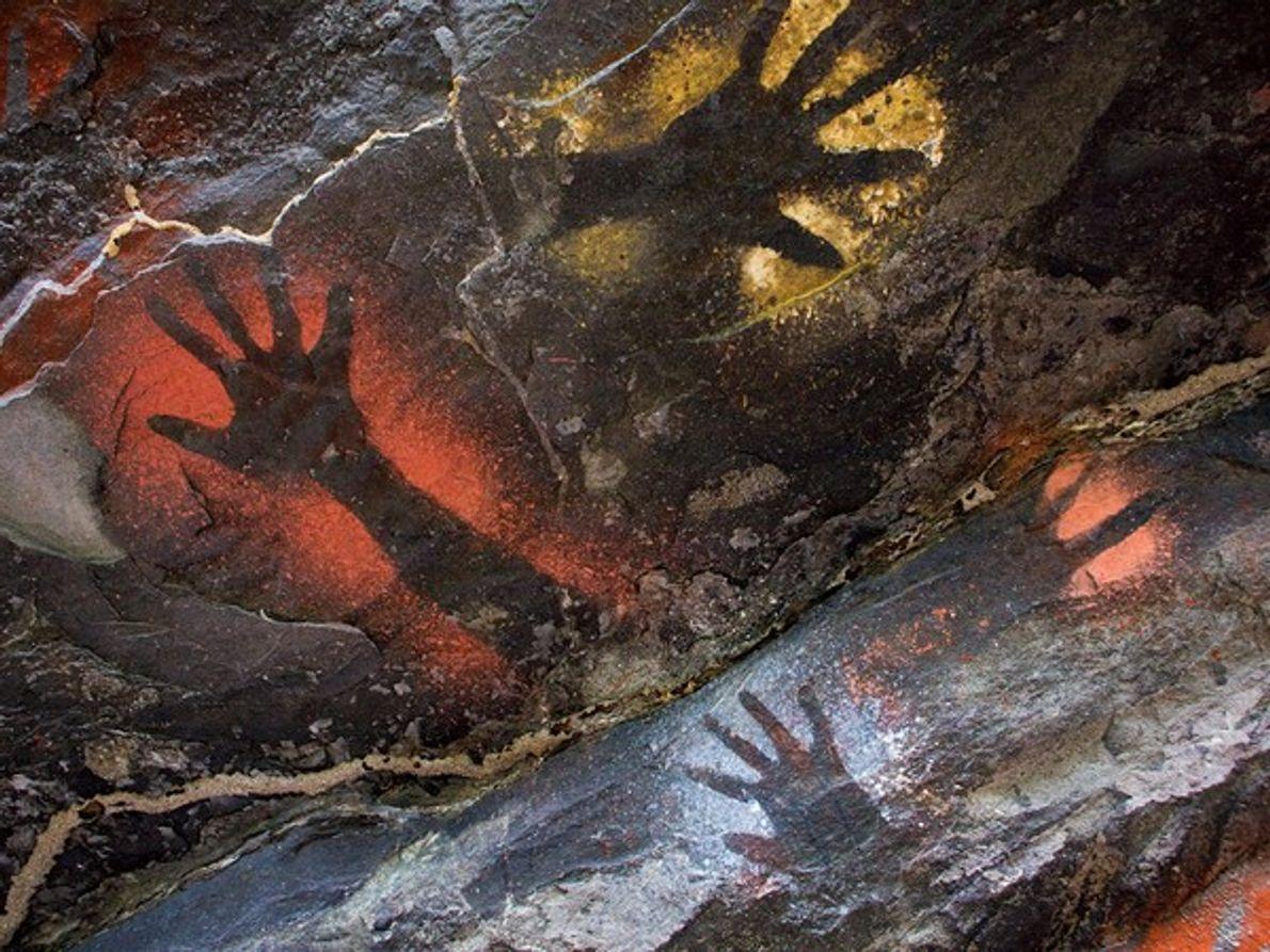 Una pared de la cueva estampada con huellas de manos.