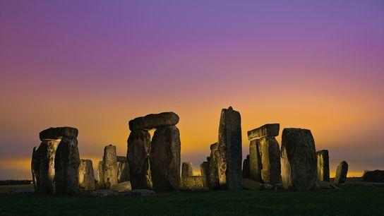 Las luces de Amesbury iluminan las nubes bajas sobre Stonehenge.