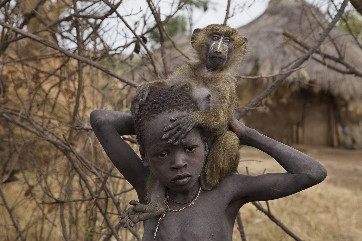 Un niño etíope y su babuino