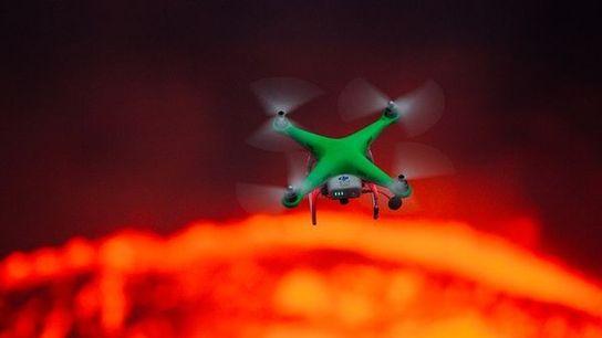Dron sobrevuela lava