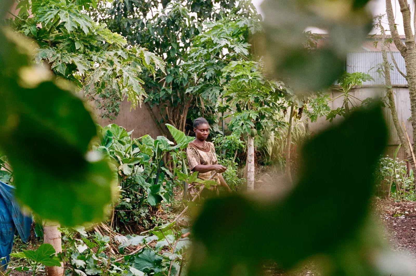 Una jardinera cuida del terreno de Ciudad de la Alegría