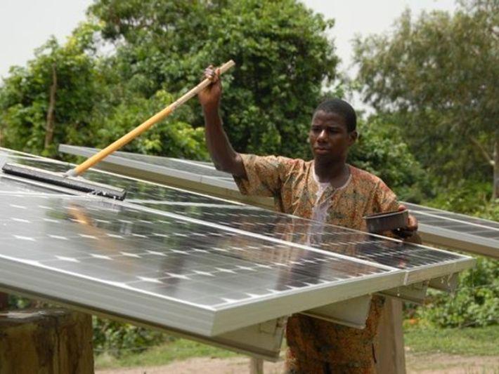 La energía solar lleva agua, luz y alimento a África Occidental