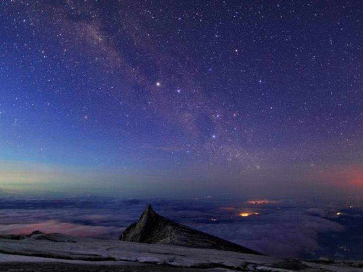 Vía Láctea sobre una montaña