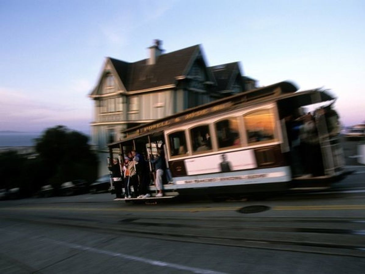 Un tranvía de San Francisco se dirige hacia el Muelle de los Pescadores a través de …
