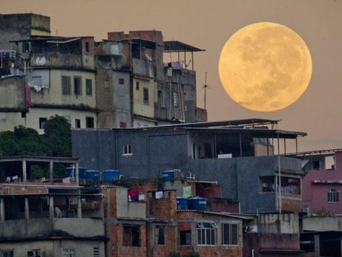 La luna en la favela