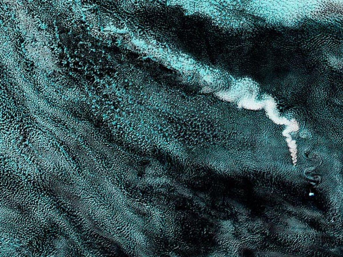La erupción del volcán Zavodoski en una de las islas Sandwich del Sur en una imagen …