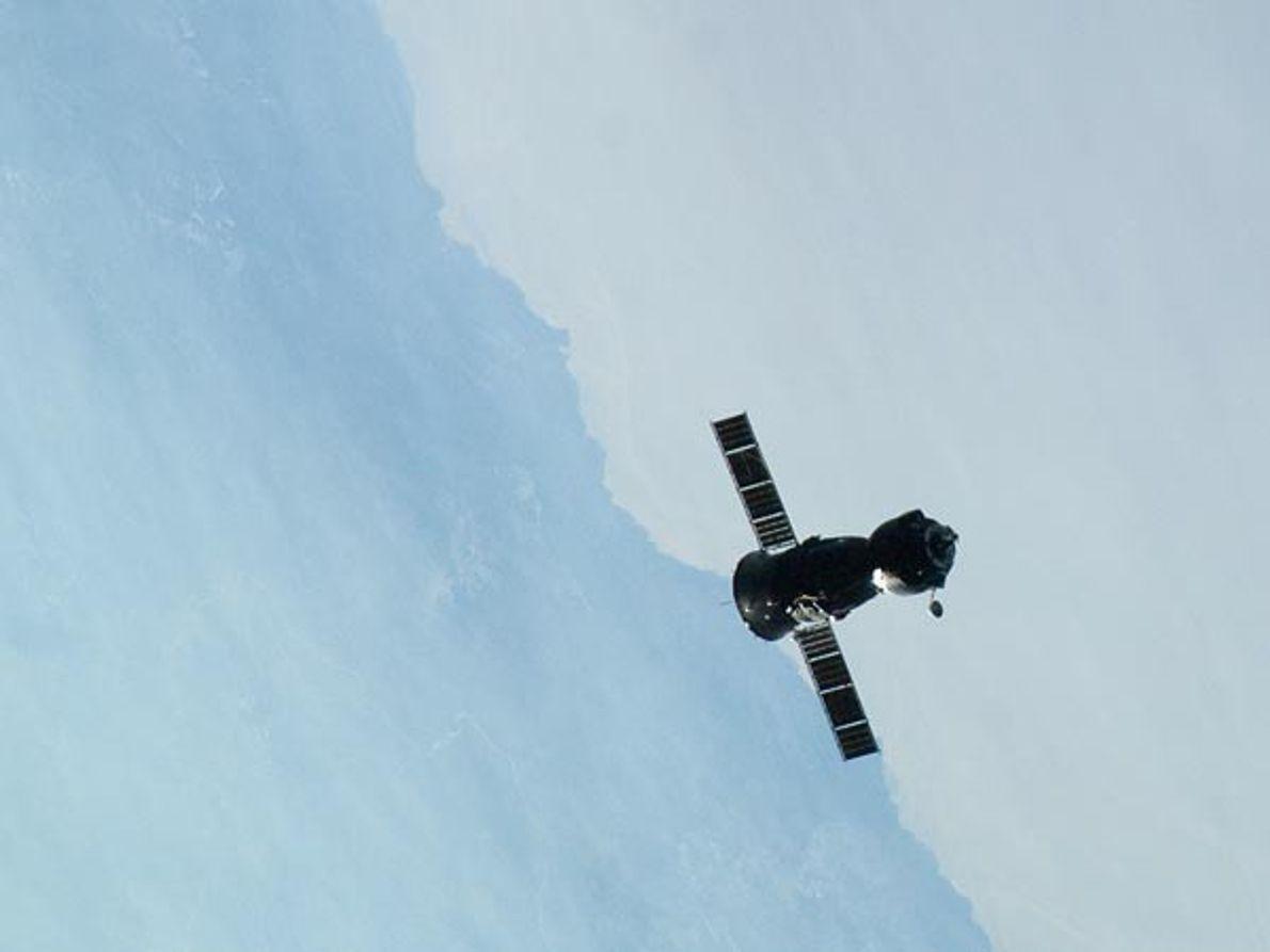 La Soyuz TMA-22 sale de la Estación Espacial Internacional.     Cuatro horas más tarde la nave rusa aterrizó …