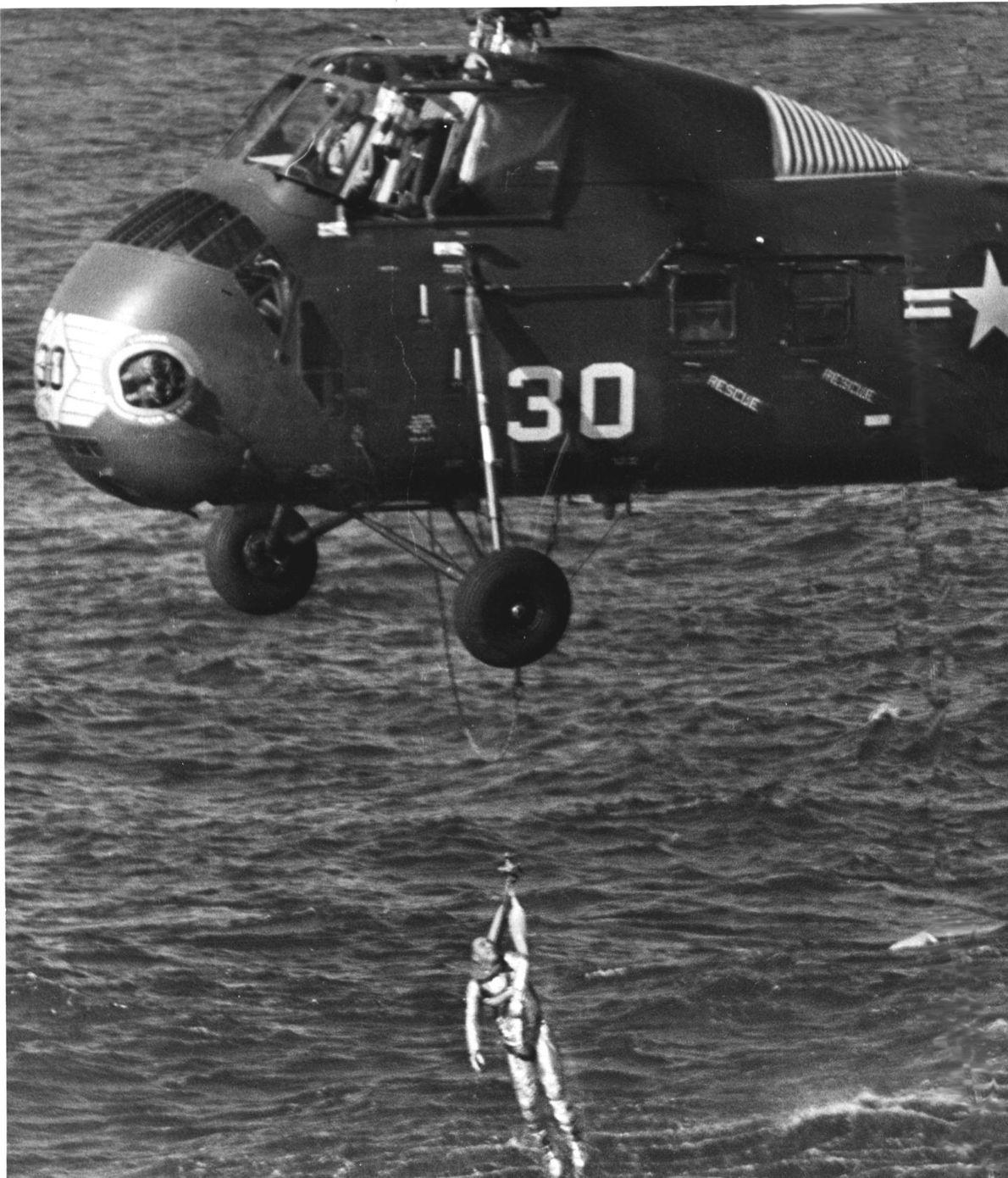 Grissom fue izado a bordo por el helicóptero