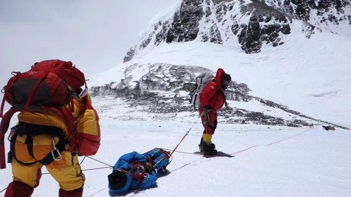 Increíbles imágenes de un arriesgado (y exitoso) rescate en el Everest