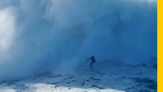 VÍDEO: Un dron graba a Axi Muniain surfeando una gigantesca ola en Nazaré (Portugal)