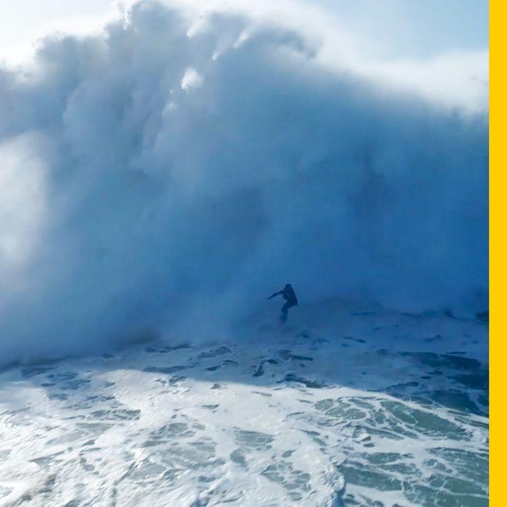 Un surfista se desliza sobre una ola gigante en Nazaré, Portugal