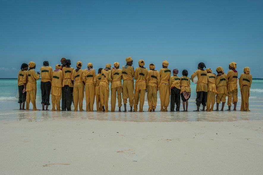Los estudiantes se alinean en la orilla tras haber aprendido a nadar y a realizar rescates ...