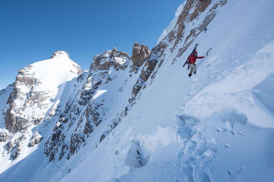 Hilaree Nelson O'Neill escala una pared escarpada y helada en su ascenso al Papsura o Pico del Mal