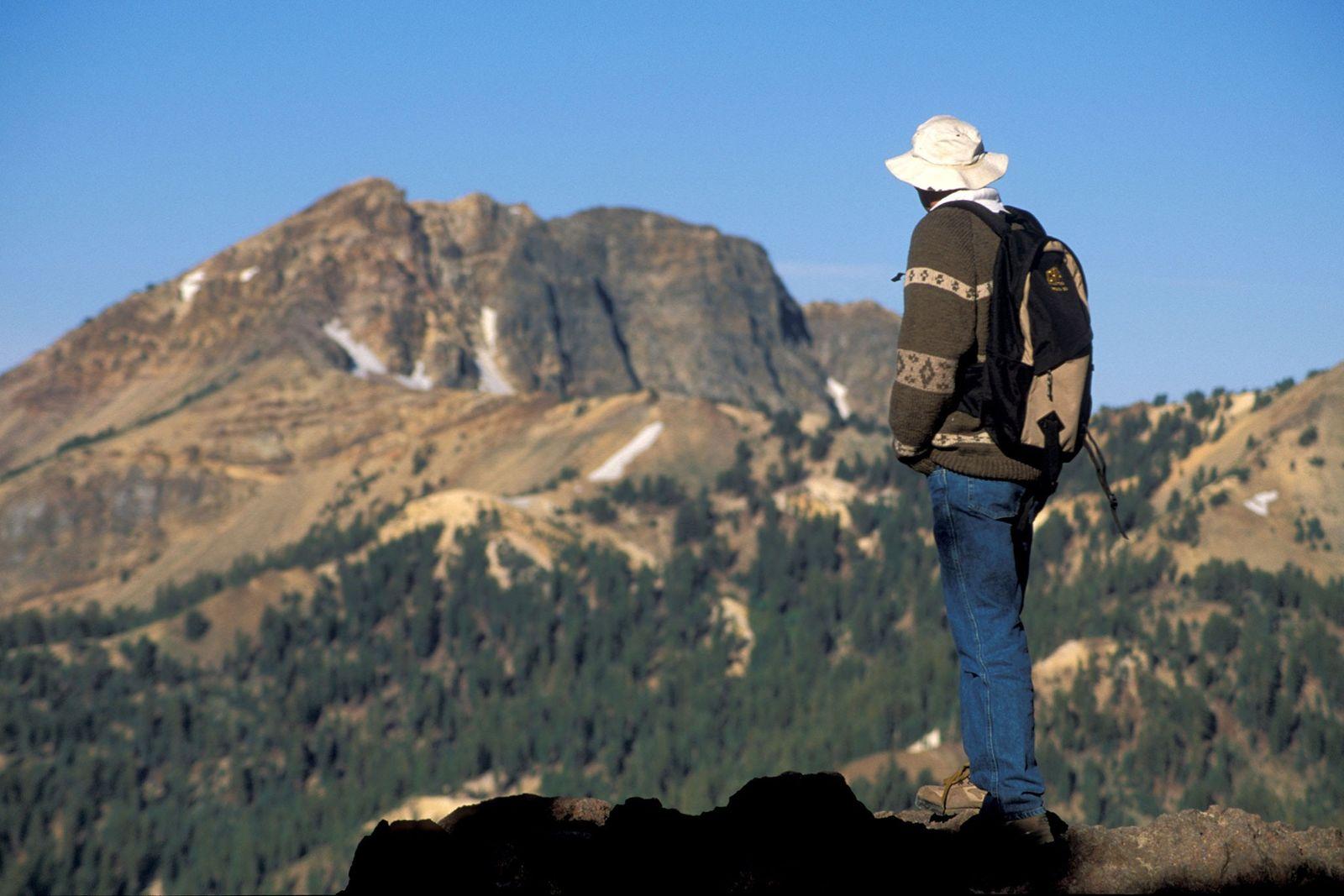 Imagen de un excursionista caminando hacia el pico Lassen