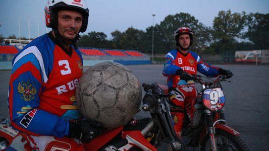 Fútbol y motos en Rusia, una combinación extrema
