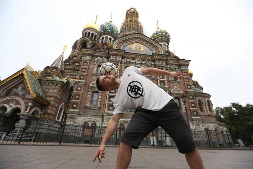 """Un habilidoso malabarista del balón hace """"free style"""" en las calles de Rusia."""