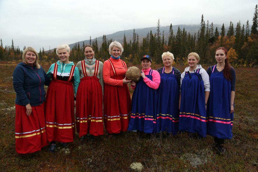 Las mujeres del pueblo lapón que habitan los bosques boreales de Lovozero, en la península de ...