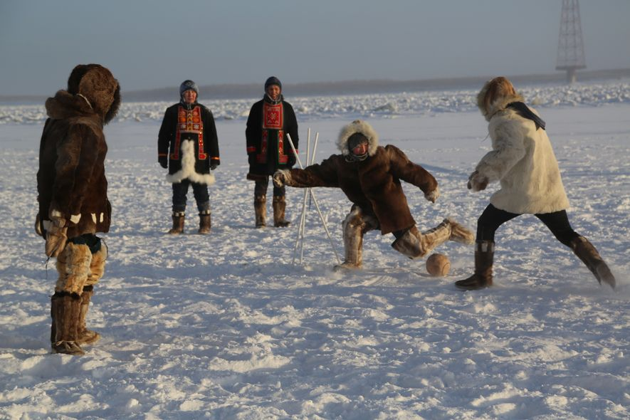 Los habitantes de Yakutsk, a 450 círculo polar ártico, juegan su propia versión del fútbol sobre ...