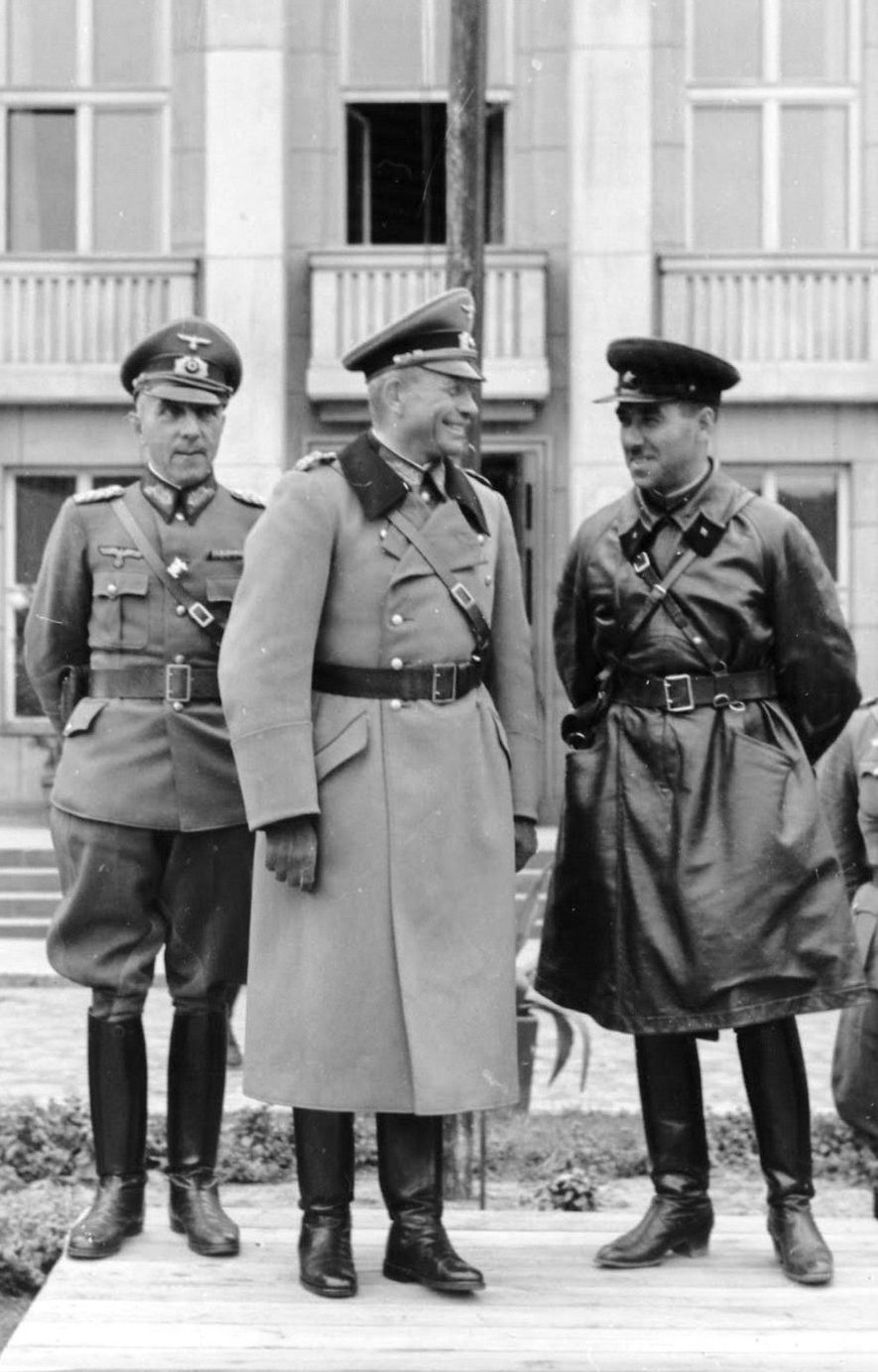 El general alemán Heinz Guderian y el brigada soviético Semión Krivoshein durante el desfile conjunto en la ciudad ocupada de Brest el 22 de septiembre de 1939.