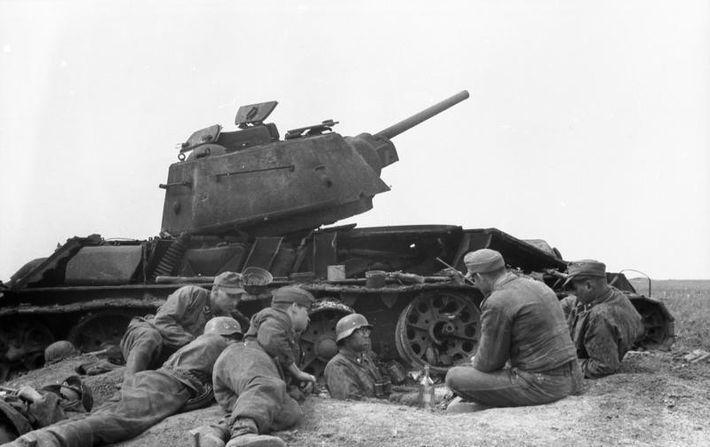 Alemanes junto a un BT-7 soviético destruído