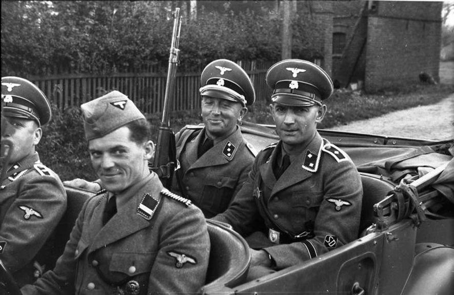 Oficiales de la Totenkopf en la Polonia ocupada.
