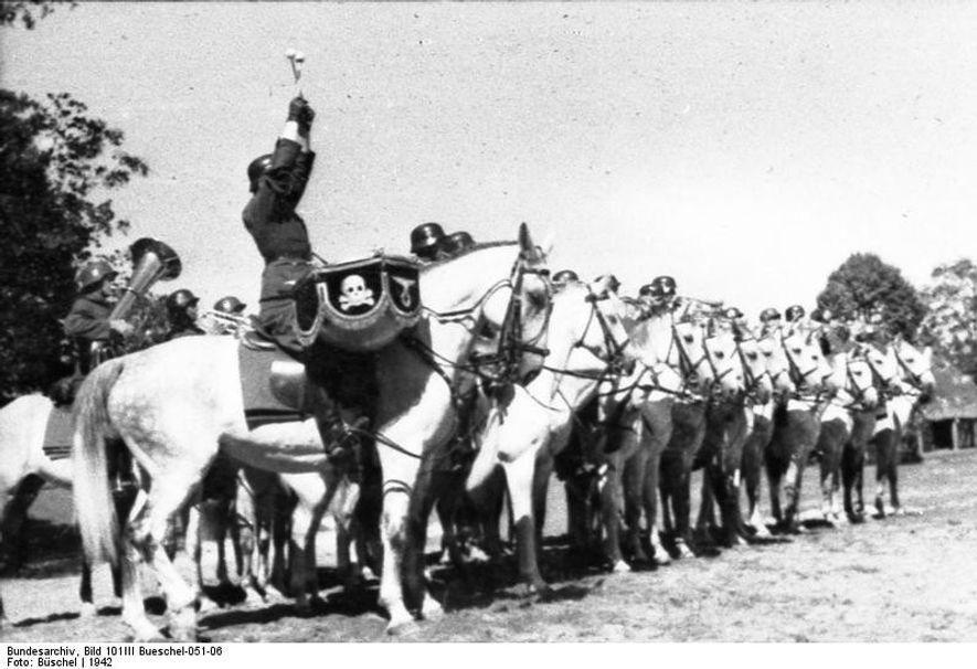Compañía de músicos de una unidad de caballería de las Waffen SS.