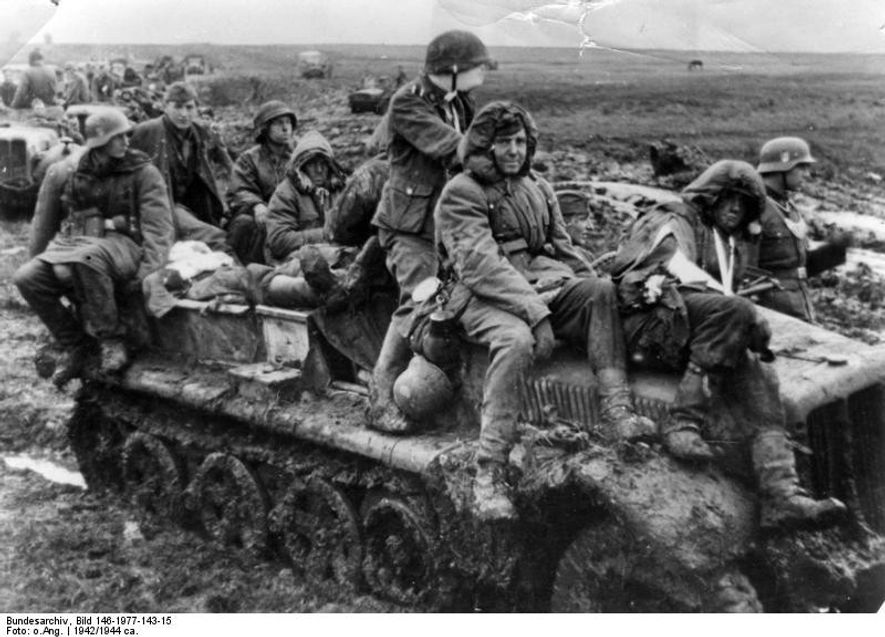 Soldados de la división Totenkopf sobre un vehículo semioruga en los embarrados caminos de Rusia.