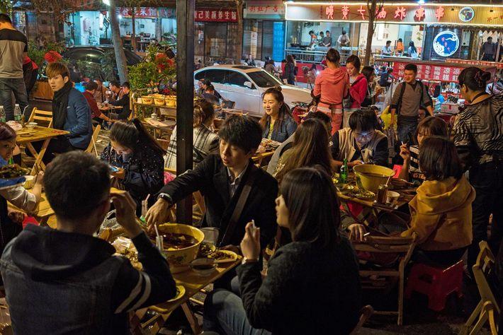 Bullicio en los restaurantes, lleno de tanto locales como viajeros que buscan probar la cocina Sichuanese ...