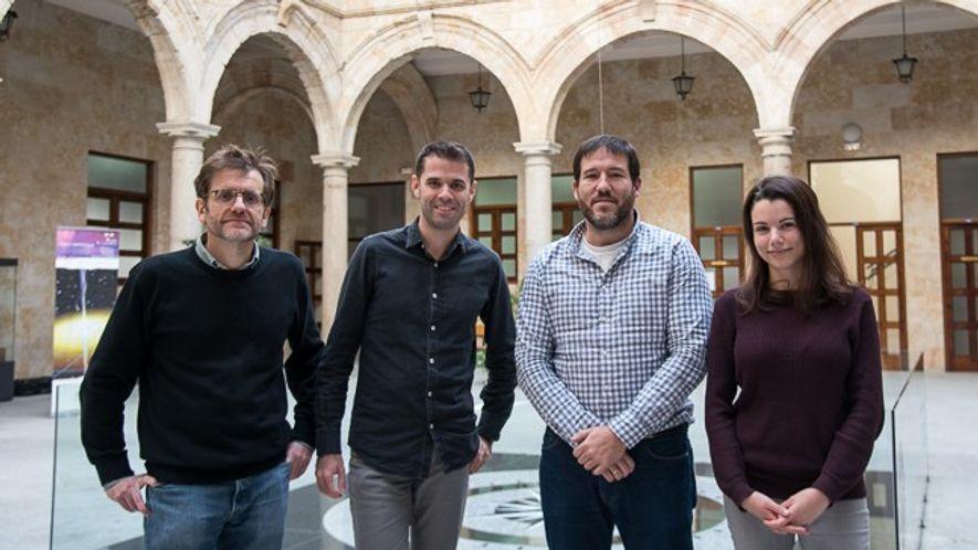 Los investigadores españoles que han realizado el descubrimiento, Luis Plaja, Carlos Hernández García, Julio San Román ...