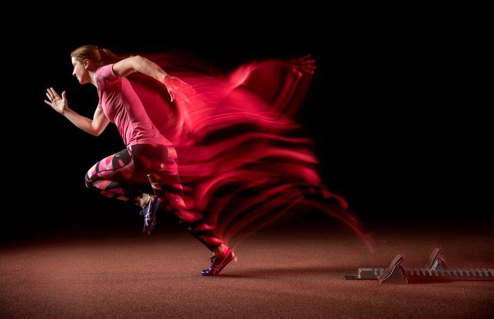 El fotógrafo crea un efecto de desenfoque por movimiento con una técnica inusual: una luz dentro ...