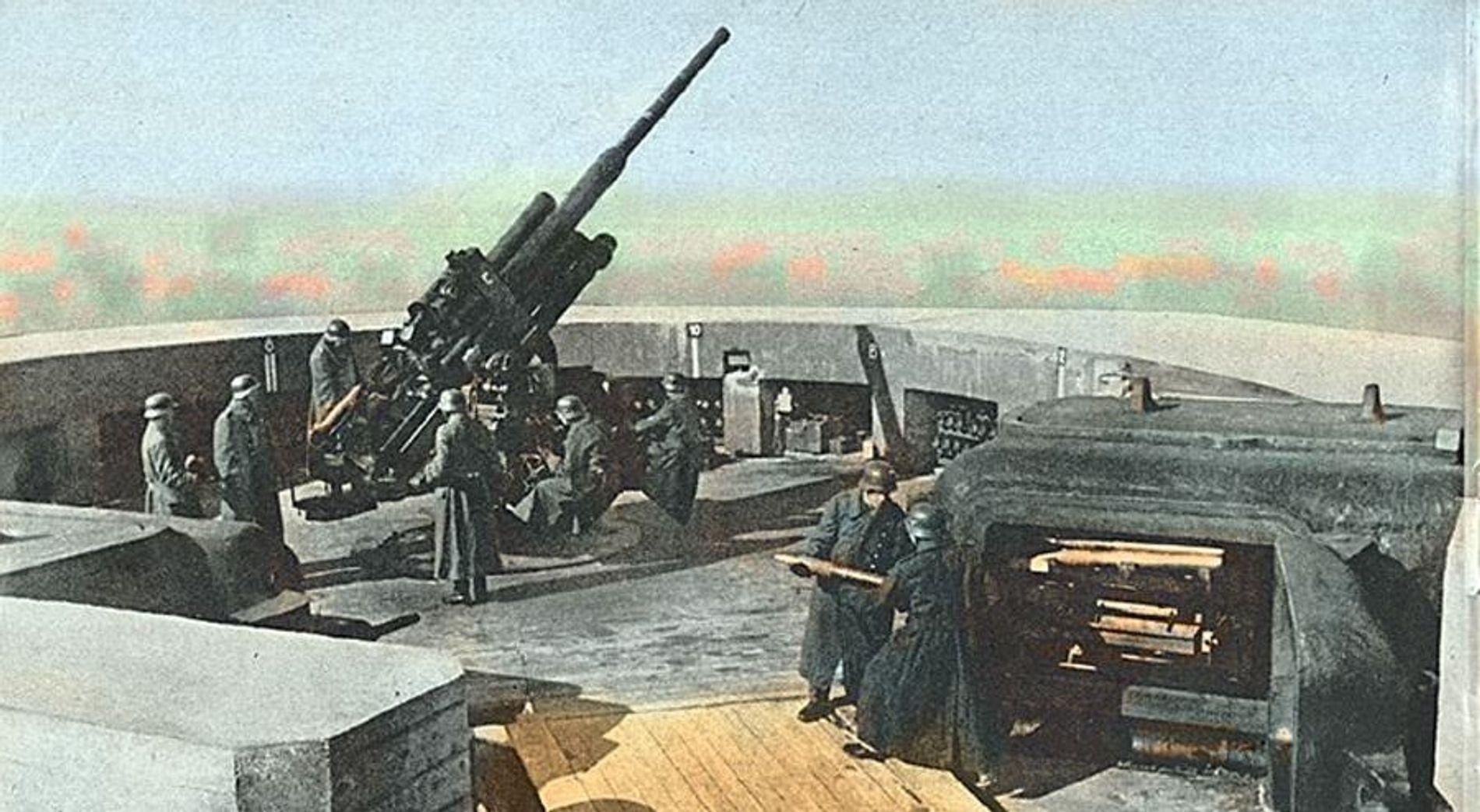Un Flak 38 de 105 mm y su dotación en la azotea de la torre antiaérea del zoológico de Berlín.