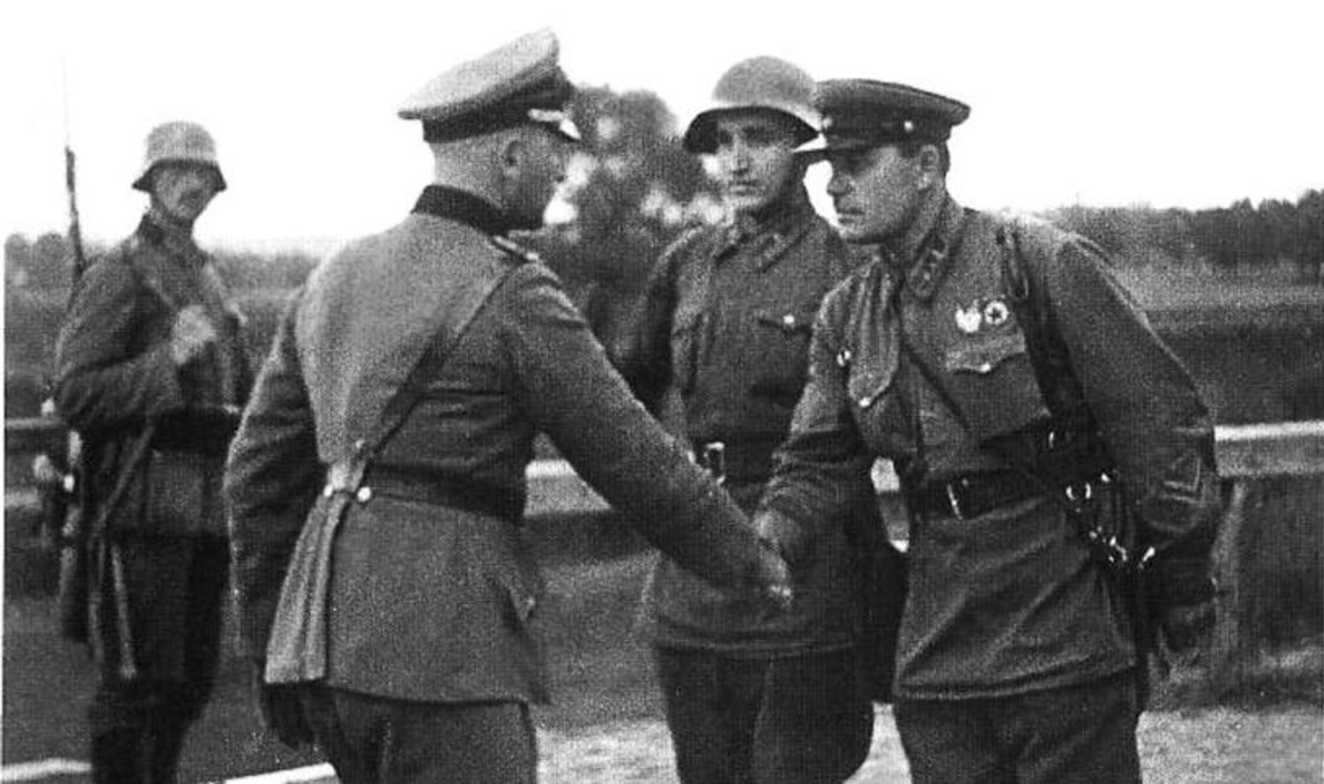 Dos oficiales, uno alemán y otro soviético, se saludan al encontrarse los dos ejércitos amigos que invadieron Polonia.