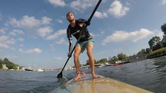Cody Iorns, un deportista imparable, sigue compitiendo en paddleboard pese a haber perdido ambos brazos