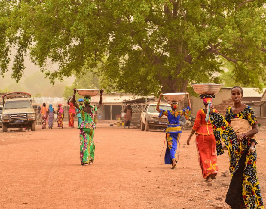 Mujeres senegalesas llevando la cena sobre la cabeza en la aldea de Dindefelo.