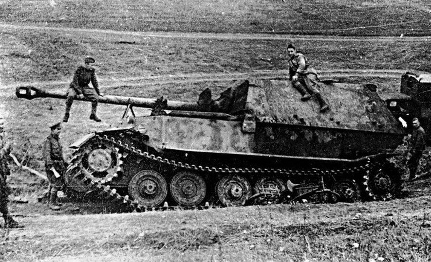 Soldados soviéticos examinan un cazacarros alemán Elefant destruído.