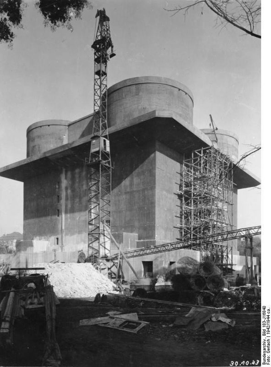 Una de las torre Flak durante su construcción.