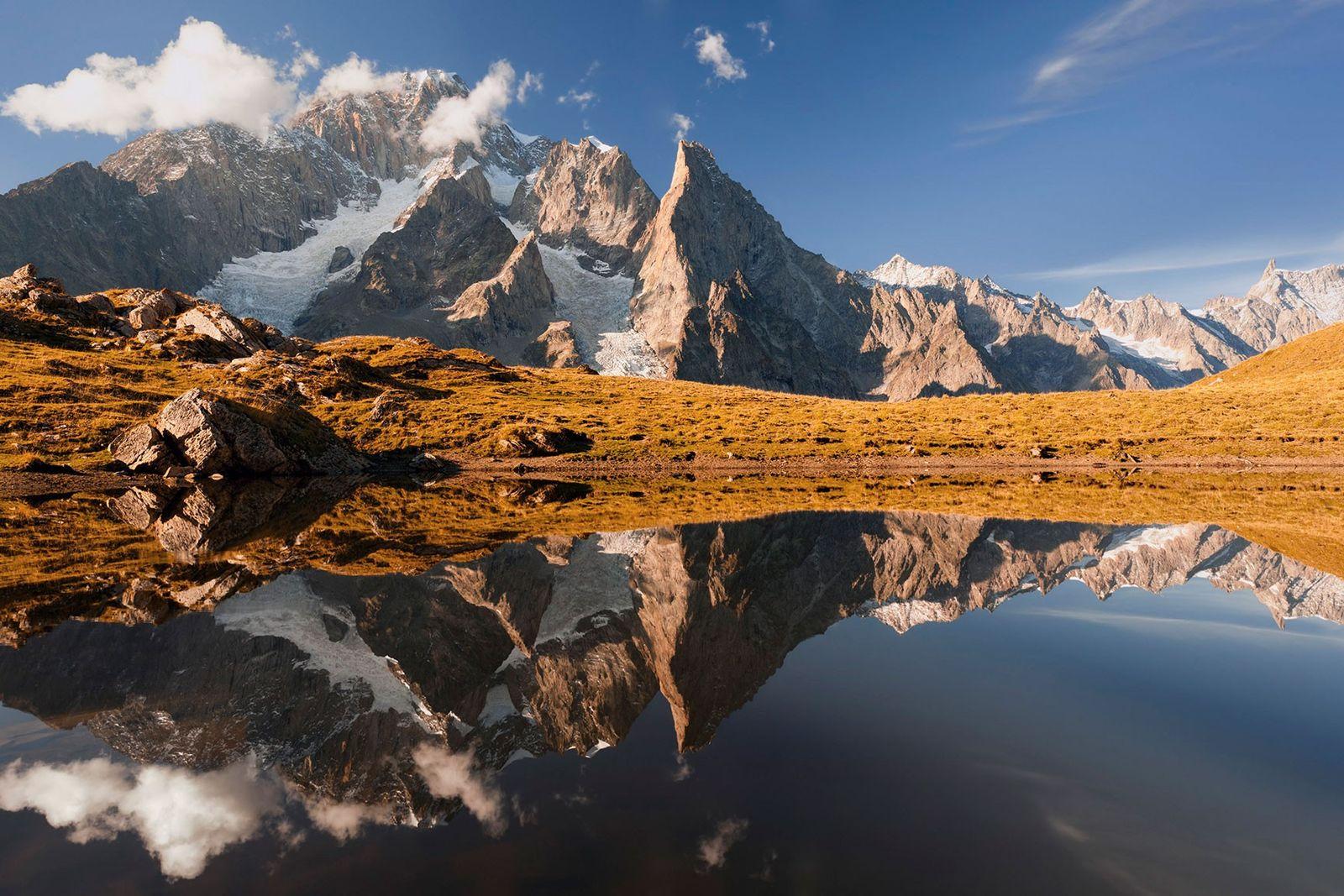 Imagen de un lago de montaña y del Mont Blanc en Courmayeur, Valle d'Aosta, Italia