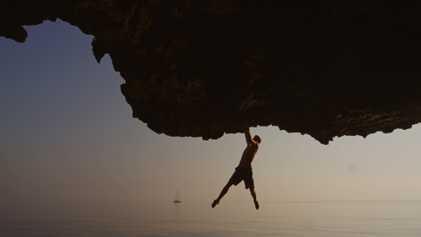 Tres escaladores practican psicobloc en los acantilados de Omán