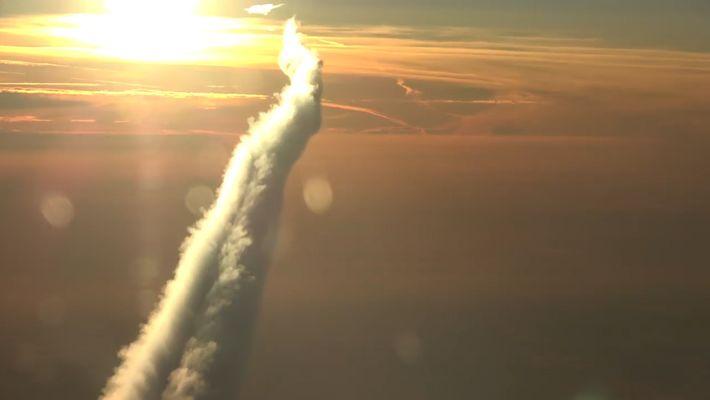 ¿Alguna vez te has preguntado cómo son las estelas de los aviones desde arriba?