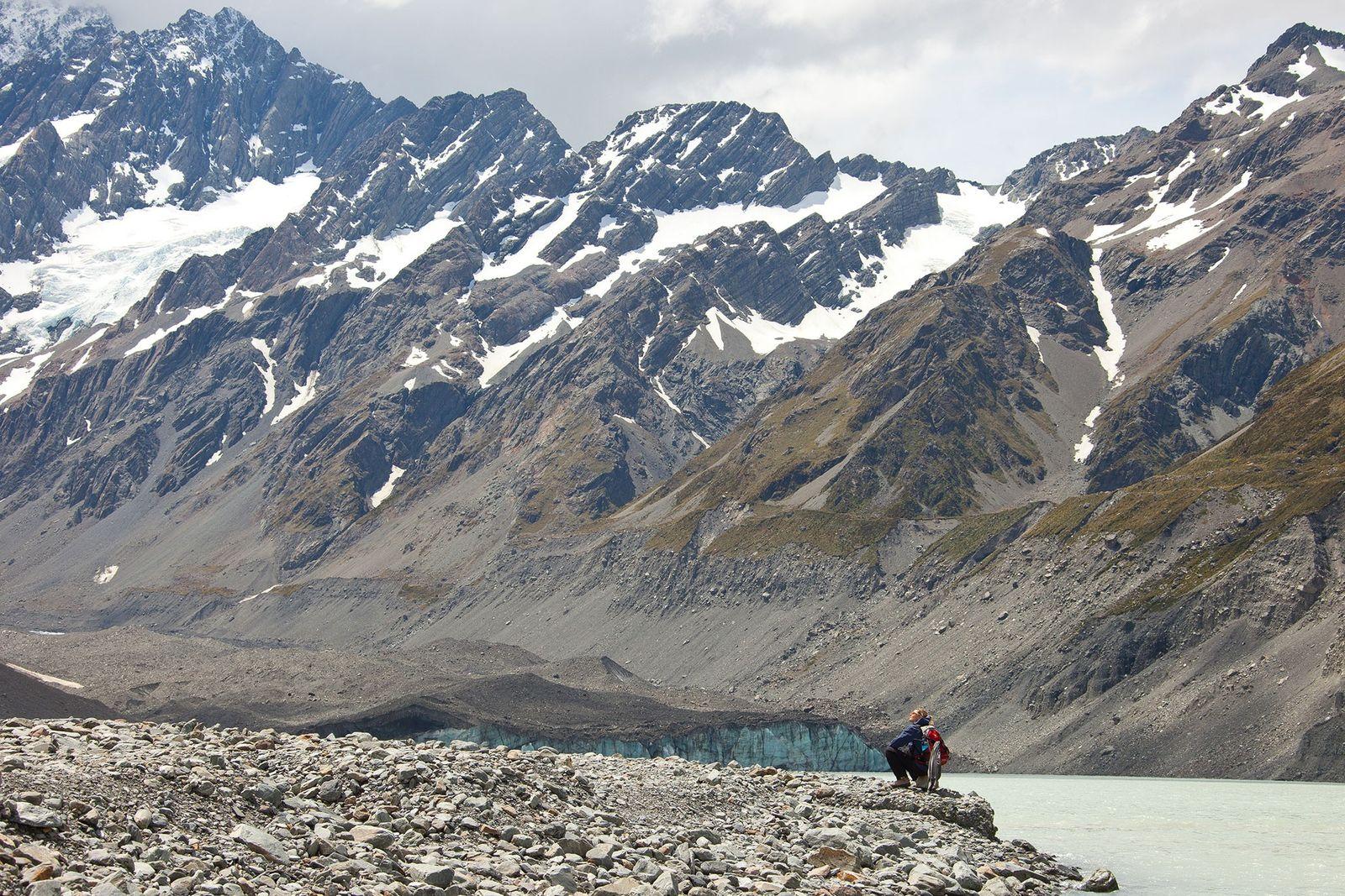 Imagen de excursionistas en el valle Hooker, caminando para llegar al glaciar Hooker