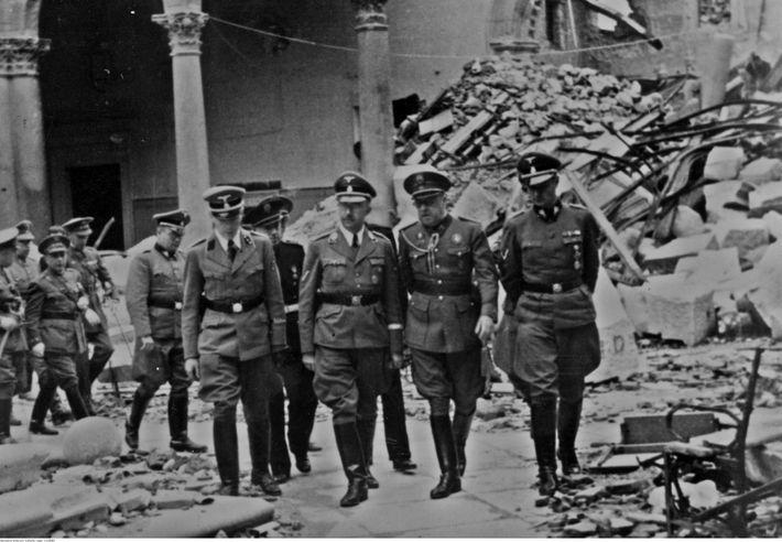 Himmler visitando las ruinas del Alcázar