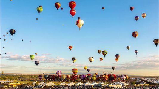 Un colorido time-lapse muestra el cielo de Nuevo México lleno de globos aerostáticos