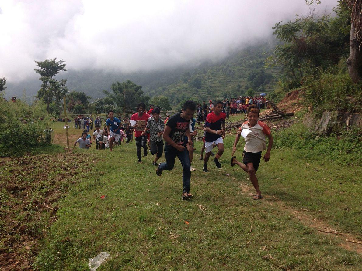Imagen de los habitantes locales participando en una carrera en la aldea de Mira Rai en ...