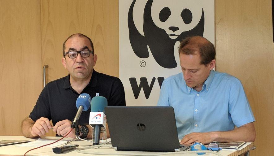 El secretario general de WWF España, Juan Carlos del Olmo, junto al responsable del programa de ...