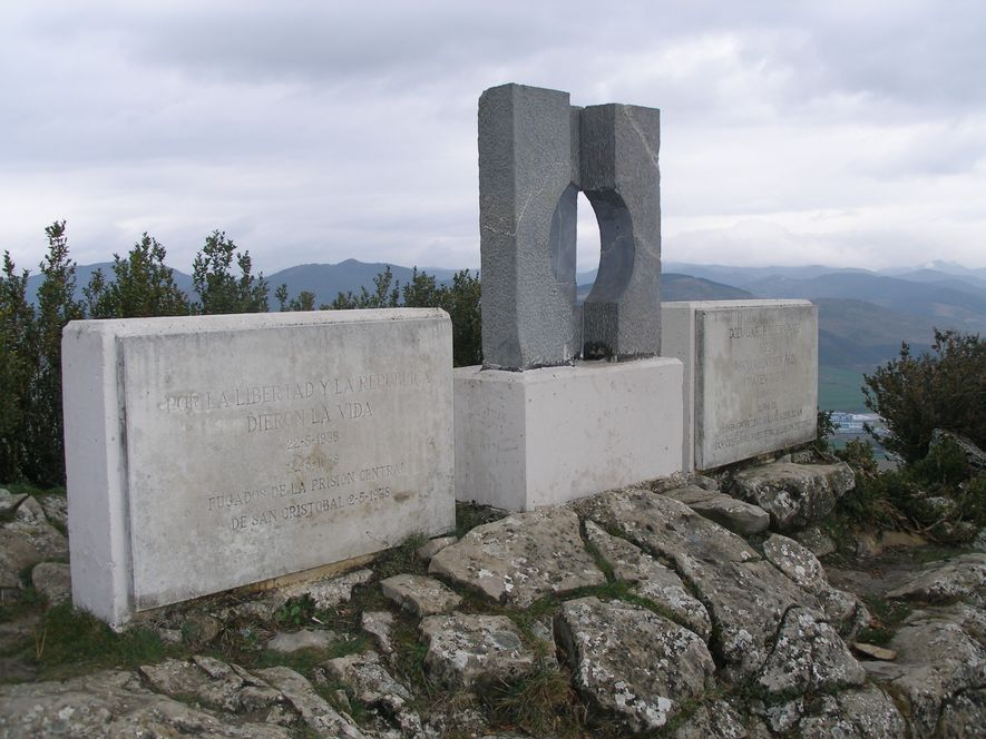 Monumento en memoria de los presos asesinados en el fuerte de San Cristóbal.