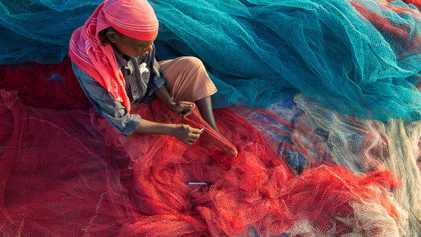 Los pescadores indios reutilizan el plástico del océano para asfaltar carreteras