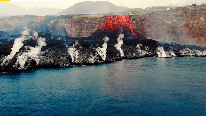 Imágenes de la lava del volcán de La Palma vistas desde el mar