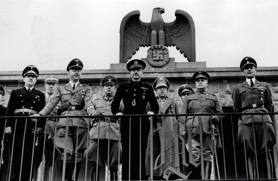 Oficiales españoles y alemanes en Berlín, durante la visita que realizó la delegación de la España ...