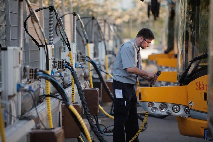 La ciudad sueca de Kristianstad usa biogás para generar electricidad y calefacción, para proporcionar combustible a ...