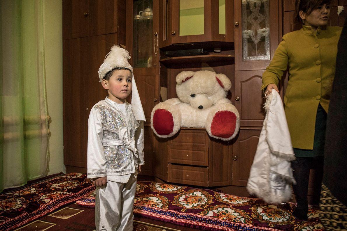 Beknur Bakhtiarov espera a ser circuncidado